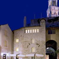 hotel-vestibul-palace-split-front-night